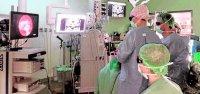 El equipo médico, con gafas 3D, durante la interve